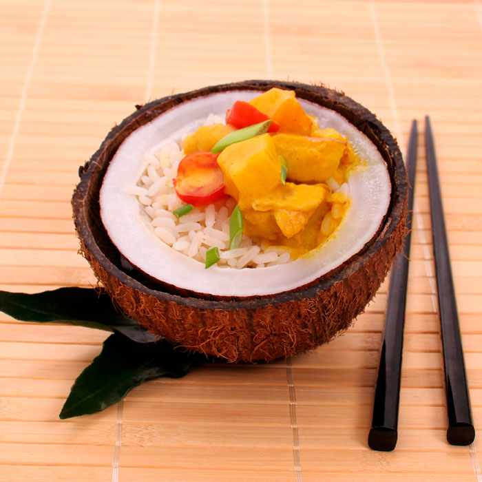 ARROZ-AL-CURRY-DE-POLLO,-MANGO-Y-ACEITE-DE-COCO
